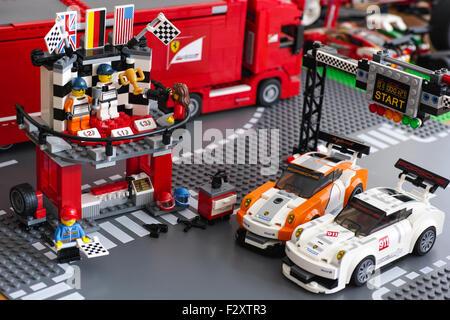 Podium mit zwei Fahrern und Fotograf in Porsche 911 GT Ziellinie von LEGO Geschwindigkeit Champions zu gewinnen. - Stockfoto