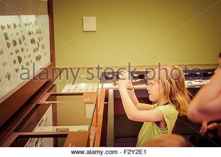 Besucher, die Prüfung einer Sammlung im Bode-Museum in Berlin, Deutschland - Stockfoto