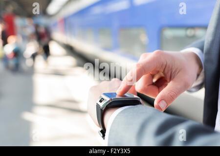 Auf der Plattform Station ein Mann mit seinem Smartwatch. Close-up Hände - Stockfoto