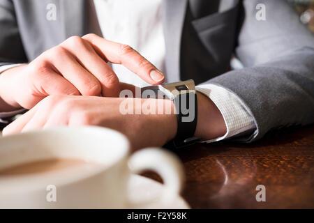 Verwenden in Kaffee-Bar ein Mann seine Smartwatch. Close-up Hände - Stockfoto