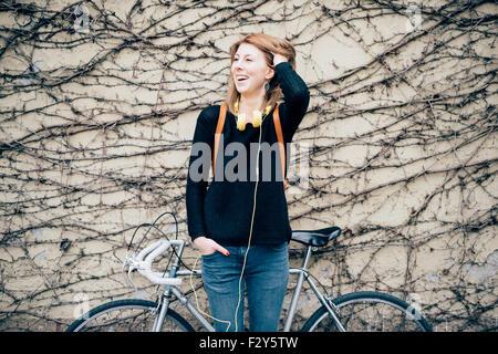 b3e61d320651b ... Knie-Figur des jungen schönen Hipster sportliche blonde Frau posiert an  eine Wand gelehnt