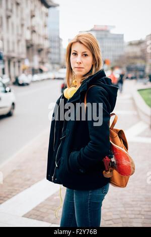 2487b7776112a ... Knie-Figur des jungen schönen Hipster sportliche blonde Frau posiert in  der Straße