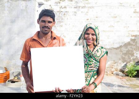 2 indische ländlichen Dorfbewohner Message Board anzeigen - Stockfoto