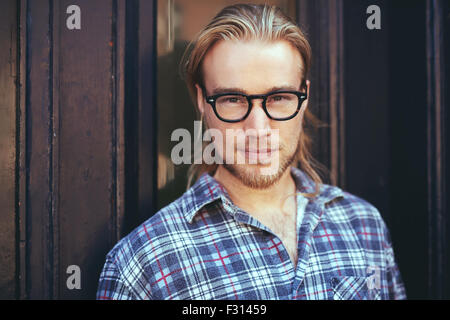 Closeup Portrait blonder Mann mit langen Haaren und Brille. Nachdenklicher Mann - Stockfoto
