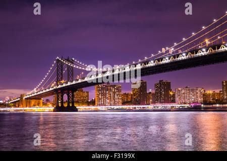 Nachtansicht der Manhattan Bridge in New York City Stockfoto