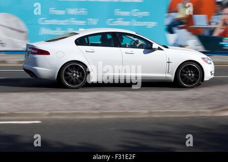 """Eine verschwommene Bewegung Jaguar XF bei Speed Motion blur auf """"The Strand"""" an der Liverpool One, Liverpool, Merseyside, - Stockfoto"""