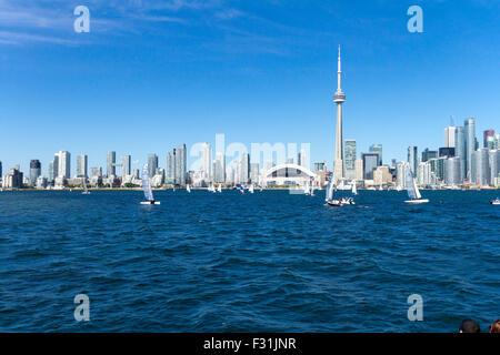Toronto Skyline der Stadt, Rogers Centre und CN Tower und Segelboote entlang Lake Ontario in Kanada - Stockfoto