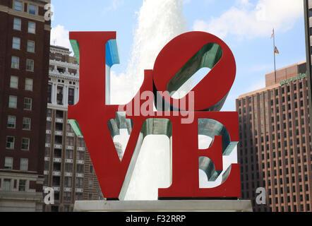 Die leuchtend rote Liebe Skulptur von Robert Indiana im Love Park in Philadelphia, Pennsylvania, USA - Stockfoto
