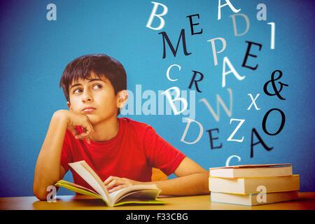 Zusammengesetztes Bild des nachdenklichen jungen Lesebuch in Bibliothek - Stockfoto