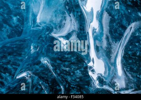 Details des Eises in einer Eishöhle unterhalb des Breidamerkurjokull-Gletschers, Ost-Island - Stockfoto