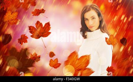 Zusammengesetztes Bild der hübsche Brünette im weißen Pullover posiert - Stockfoto