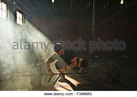 Ein männlicher Athlet bereitet sich auf Kreuzheben. - Stockfoto
