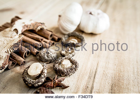 die getrocknete shiitake pilze auf k chentisch stockfoto bild 72911398 alamy. Black Bedroom Furniture Sets. Home Design Ideas