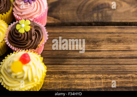 Leckere Muffins auf einem Tisch - Stockfoto
