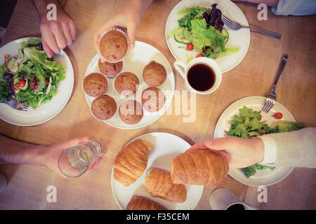 Geschäftsleute haben Kuchen und Brot mit Salat - Stockfoto