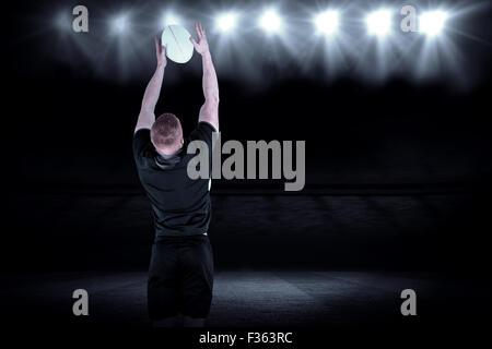 Zusammengesetztes Bild des Rugby-Spieler fangen einen Rugby-ball - Stockfoto