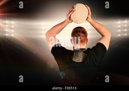 Zusammengesetztes Bild des Rugby-Spieler zu einen Rugby-Ball werfen Sie - Stockfoto
