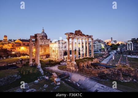 Das Forum Romanum fotografiert bei Sonnenuntergang, mit künstlichem Licht auf. - Stockfoto