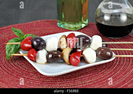 Antipasti salat Fleischspieße mit gebratener Paprika, Knoblauch, Mozzarella Kugeln und Kalamata Oliven. - Stockfoto