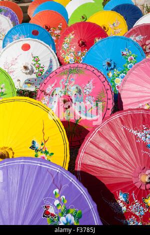 Handgeschöpftes Papier Sonnenschirme trocknen in der Sonne bei einem Regenschirm-Fabrik in Bo Sang, Provinz Chiang - Stockfoto