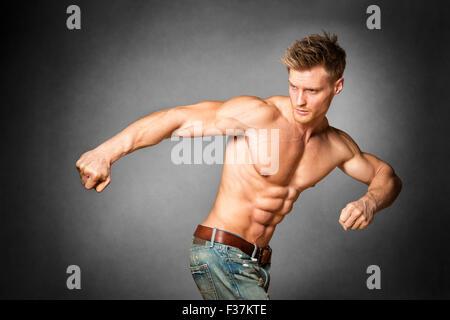Blonder junge Mann mit gut trainierter Körper, abs und