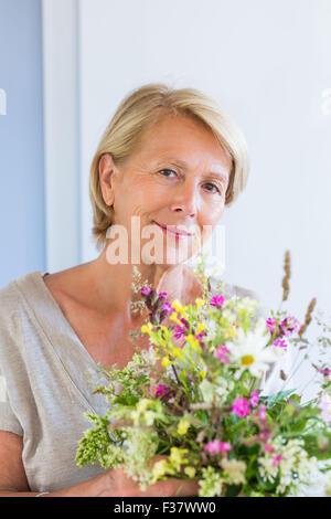 Frau mit einem Blumenstrauß. - Stockfoto
