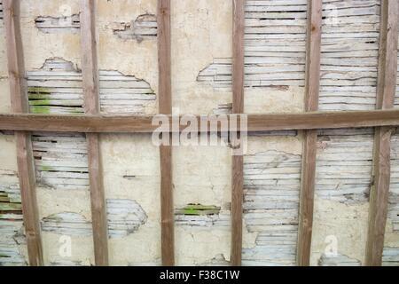 Dachlatte und Gips - Holzdach Interieur. - Stockfoto