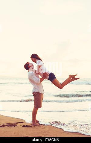 Glückliche junge romantisch zu zweit zu spielen und Spaß am Strand - Stockfoto