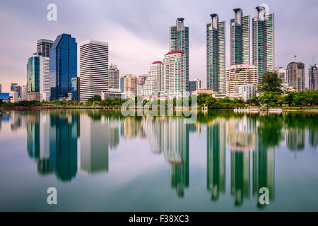 Skyline von Bangkok, Thailand vom Benjakiti Park. - Stockfoto