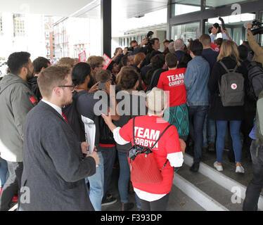 London, UK, 12. September 2015: Medien und Anhänger nach Jeremy Corbyn, wie er für die Labour Party Führungwahl - Stockfoto