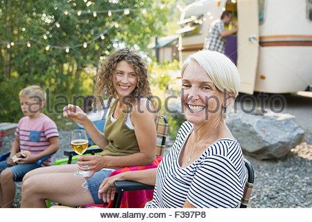 Begeisterte senior Porträt Frau mit Familie camping - Stockfoto