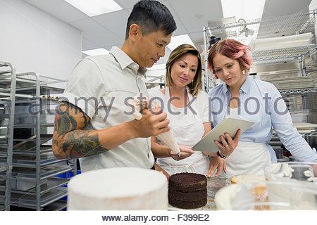 Konditoren mit digital-Tablette in Großküchen - Stockfoto