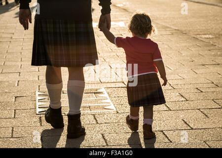 Ansicht der Rückseite des Mann und Kind Kilts tragen; nationale Kleid von Schottland. - Stockfoto