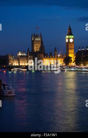 Big Ben und Häuser oder Parlament bei Nacht, Westminster, London - Stockfoto