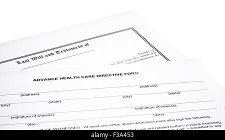 Advance Health Care Richtlinie Form mit Last wird und Testament isoliert auf weiss - Stockfoto
