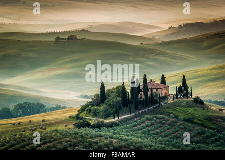 Toskana, Val d ' Orcia, erstaunliche Landschaft mit Hügeln, Zypressen und Olivenbäumen, Italien. Einsames Bauernhaus - Stockfoto
