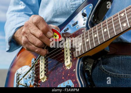 Fender Jaguar Closeup männlichen mit der Marke Ferrari wählen - Stockfoto