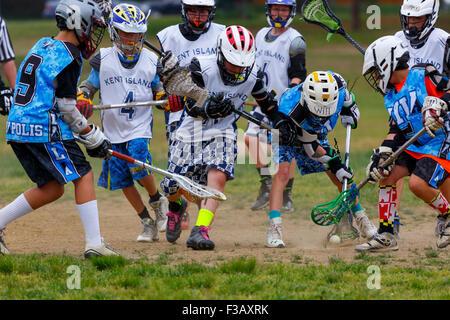 Junior Lacrosse-Spieler wetteifern um den ball - Stockfoto
