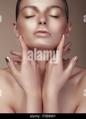 Portrait von junge nette Frau mit gebräunten Haut - Stockfoto