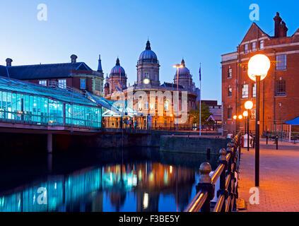 Fürsten Quay Shopping Centre und das Maritime Museum, in der Nacht, Kingston upon Hull, East Riding of Yorkshire, - Stockfoto