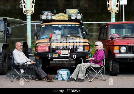 Brighton UK Sonntag, 4. Oktober 2015 - dieses Paar genießen Sie eine Tasse Tee vor ihr Fahrzeug als Hunderte von - Stockfoto