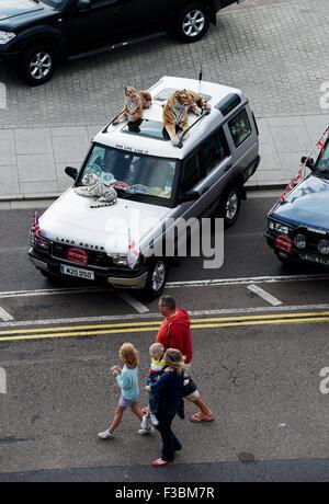 Brighton UK Sonntag, 4. Oktober 2015 - dieses Fahrzeug hatte Tiger auf dem Dach als Hunderte von Land Rover und - Stockfoto