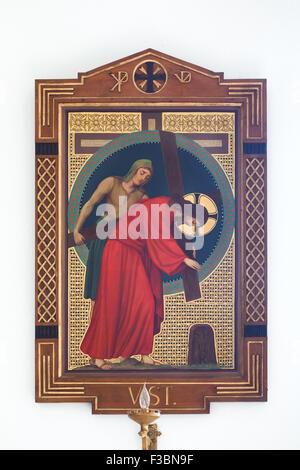 Jesus wird von Simon geholfen, sein Kreuz zu tragen. Gemälde von Benediktinermönch Pantaleon (Jaroslav Major) von - Stockfoto