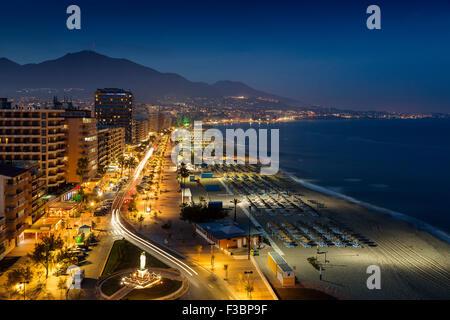 Strandpromenade in der Abenddämmerung Fuengirola Costa del Sol Malaga Andalusien Spanien - Stockfoto