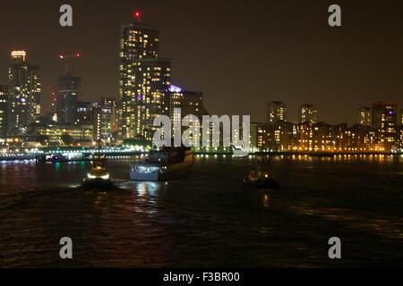 """London, UK.  4. Oktober 2015. Brasilianische Marine Schulschiff """"Brasil"""" U27 Köpfe ihren Weg von ihrem Liegeplatz - Stockfoto"""