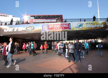 London, UK. 4. Oktober 2015. Atmosphäre beim NFL International Series Spiel im Wembley-Stadion - Miami Dolphins - Stockfoto