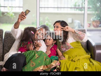 Asiatische indische Familie Selfie oder selbst fotografieren zu Hause. Eltern und Kinder indoor Lifestyle. - Stockfoto