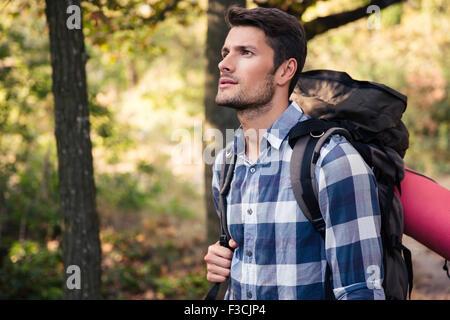 Porträt von ein gut aussehender Mann im Wald unterwegs - Stockfoto