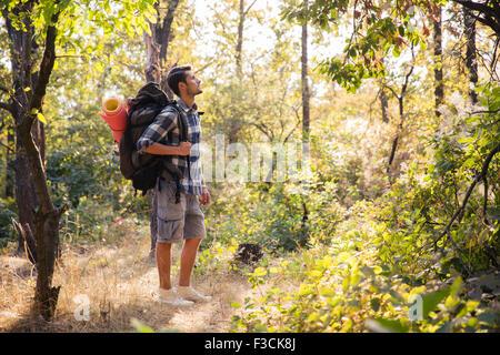 Porträt von einem männlichen Wanderer zu Fuß in den Wald - Stockfoto