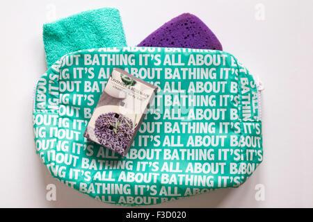 Schachtel mit Seife, Flanell und Schwamm mit ihm geht baden-Pflegeprodukte-Kulturtasche - Stockfoto